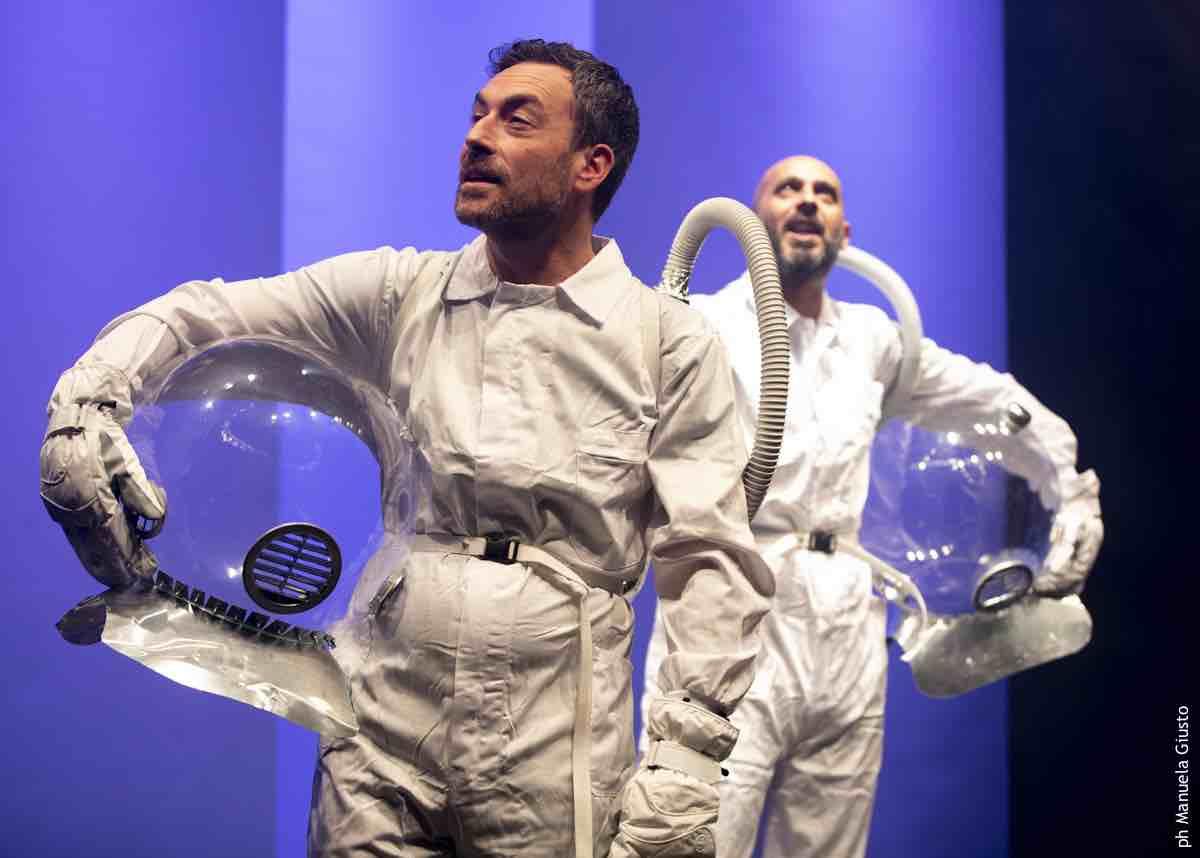 Dal Martinitt una piattaforma per spettacoli online registrati ad hoc attori vestiti da astronauti