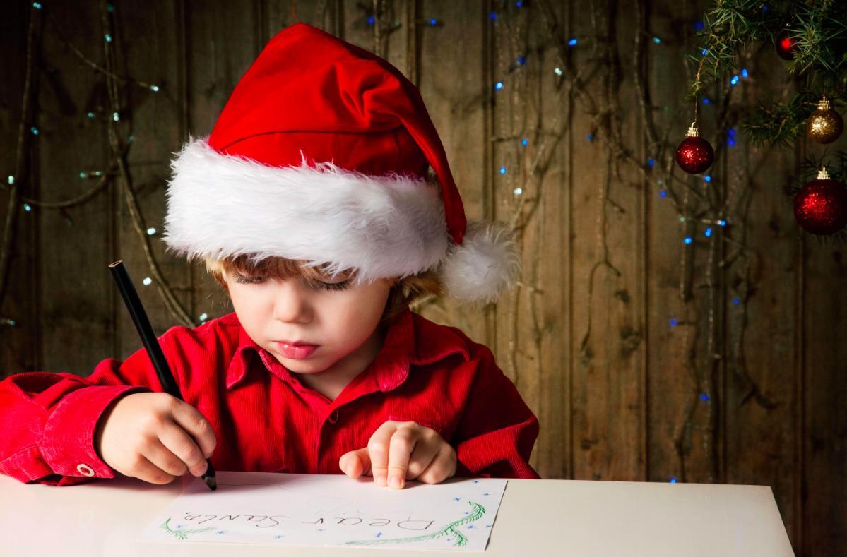 Giocattolo Sospeso  banbino con cappello di babbo natale scrive la letterina