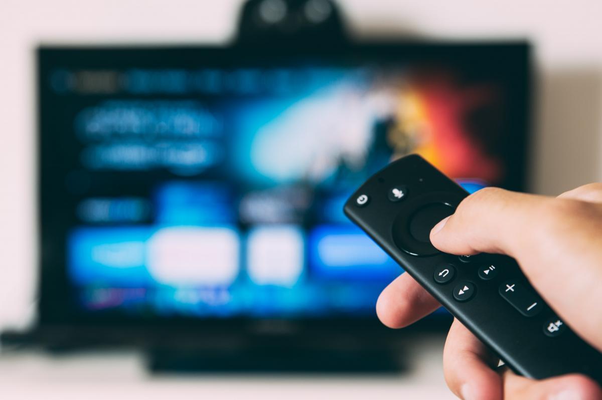 documentari Arte streaming telecomando puntato verso la televisione