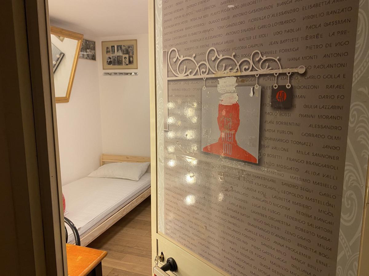 Zona Rossa uno scorcio di un camerino con un letto