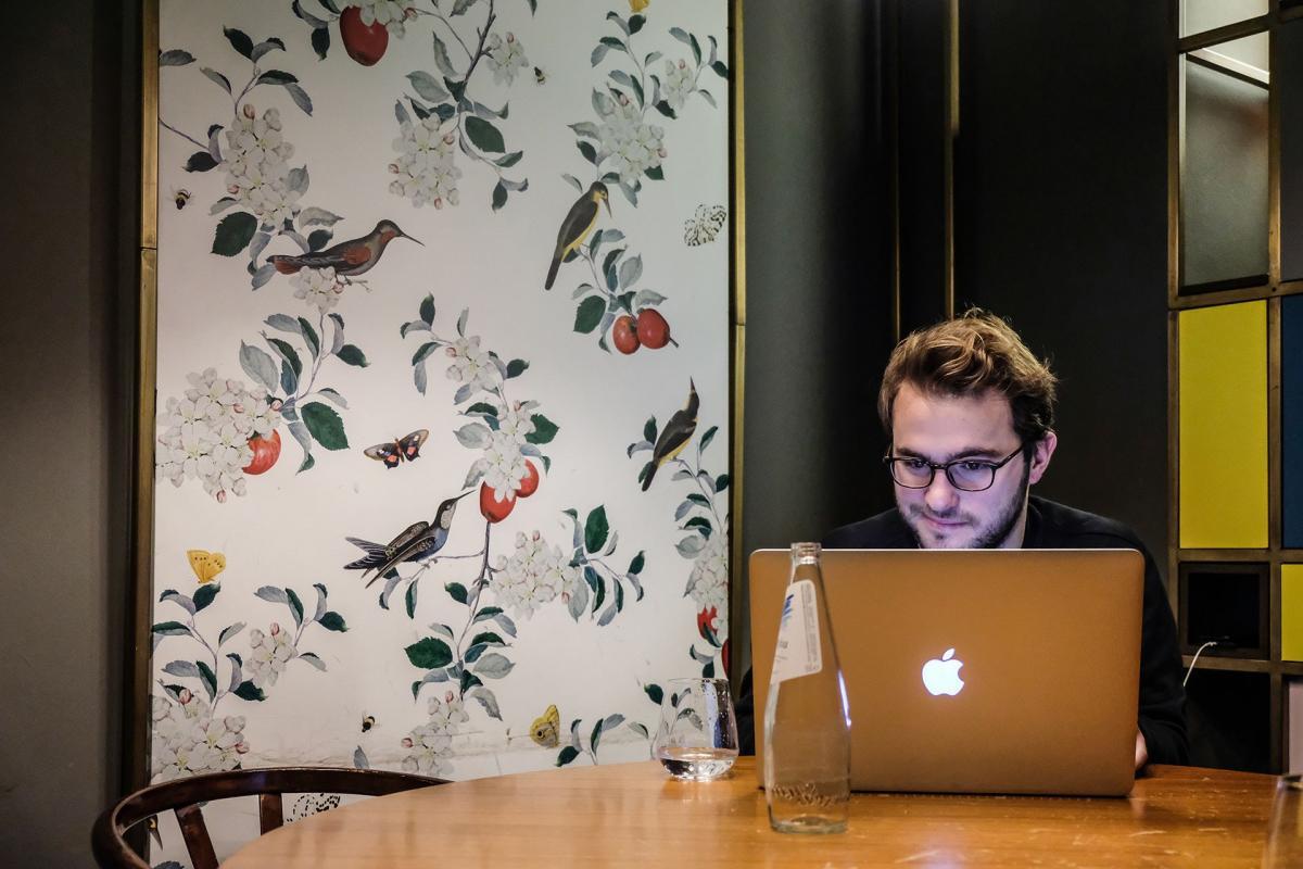 Benessere e smartworking un ragazzo che lavora davanti al computer sul tavolo