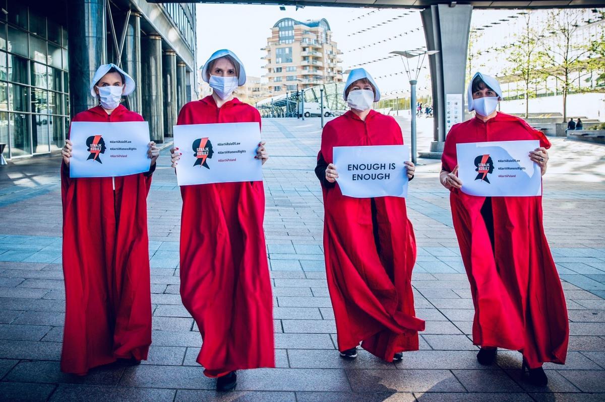 Polonia aborto manifestanti vestite da ancelle