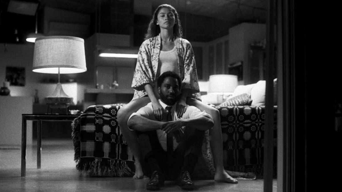 Malcolm & Marie seduti sul letto