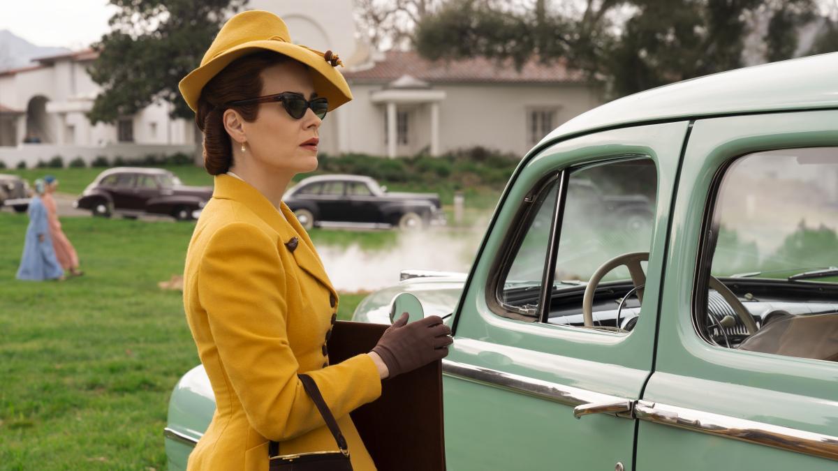 Ratched abito giallo e auto