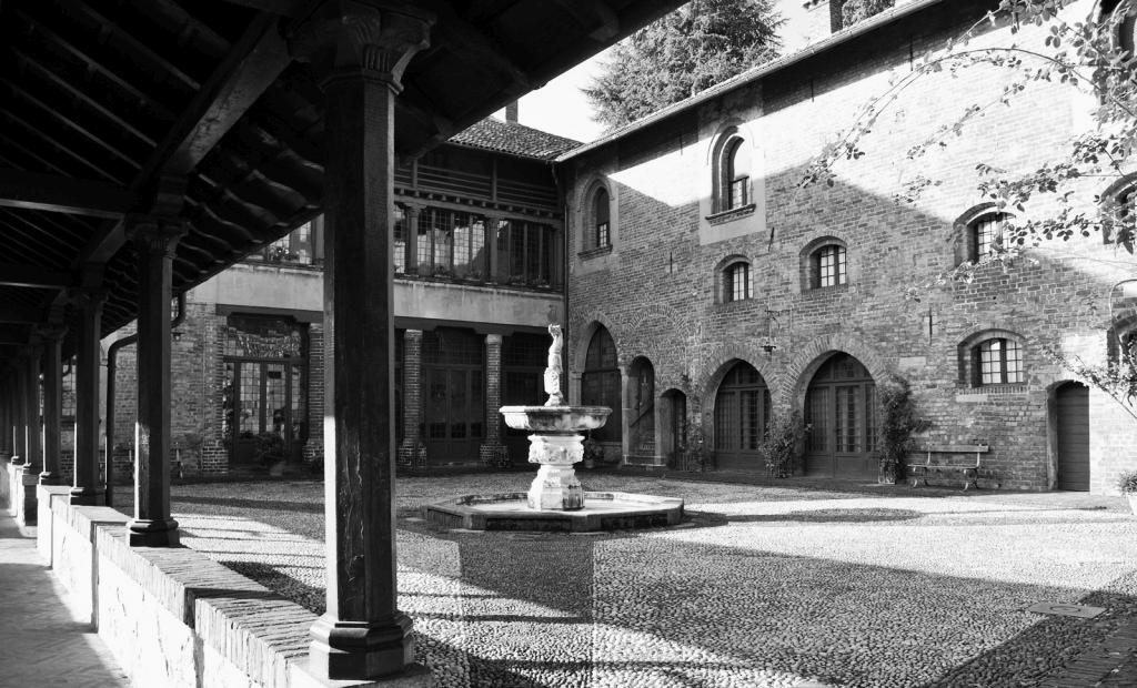 foto bianco e nero, cortile di Villa Mirabello a Milano con portico e fontana