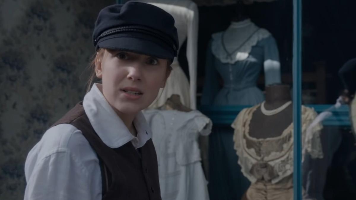 Enola Holmes vestita da maschio