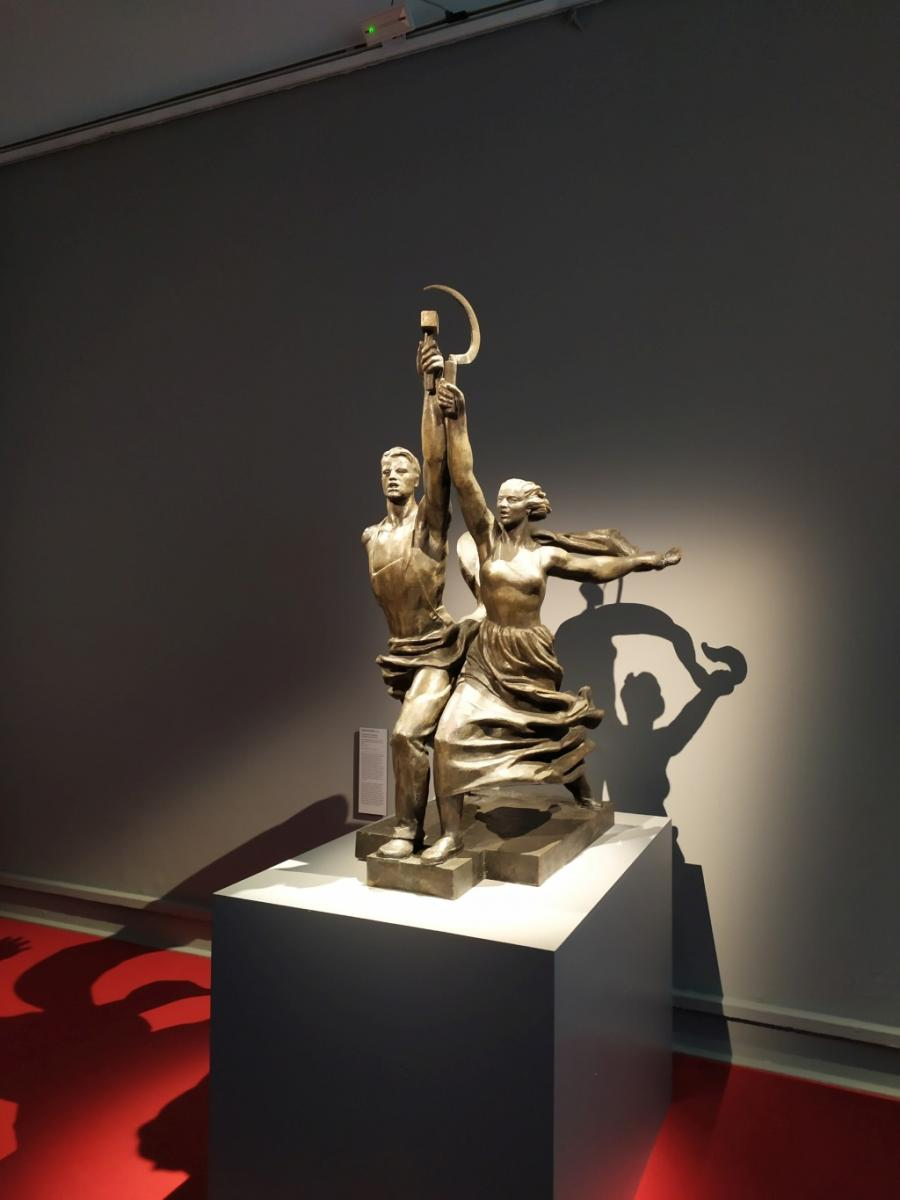 donne artiste, Vera Muchina, statua falce e martello