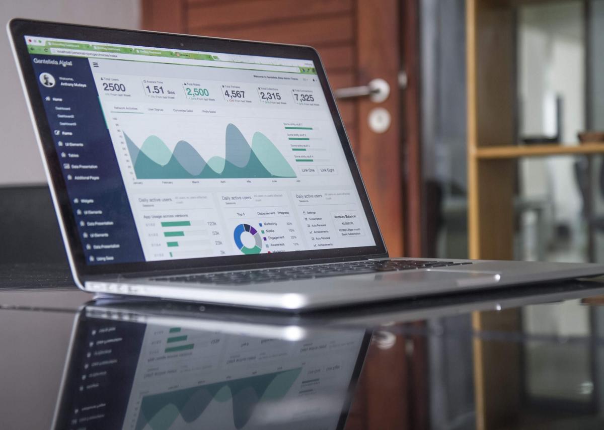 I migliori lavori da fare in smart working Computer portatile aperto su una schermata che mostra dei grafici