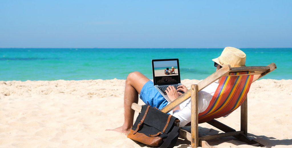 giovani scelgono il lavoro da remoto spiaggia