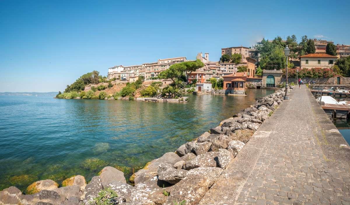 I migliori laghi italiani: foto panoramica di Capodimonte, uno dei borghi che affaccia sul Lago di Bolsena