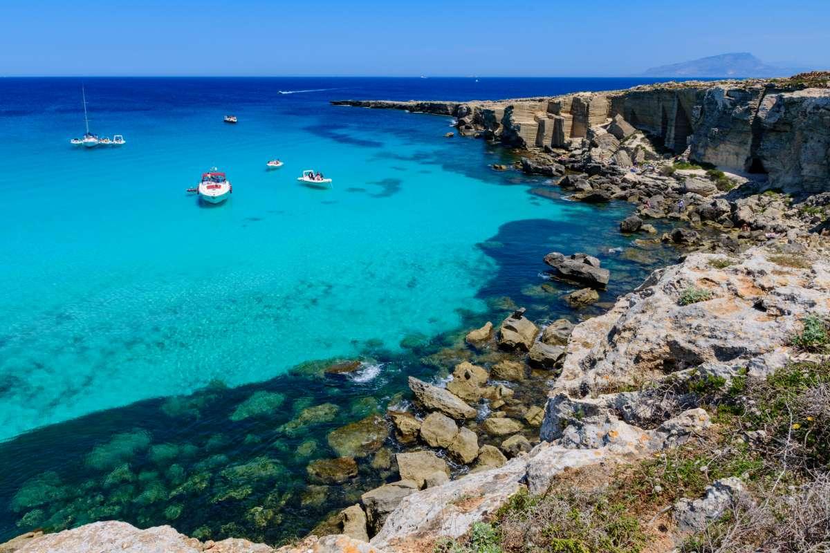 Le spiagge più belle di Sicilia e Sardegna: vista dall'alto di Cala Rossa, in Sicilia, non lontano da Favignana