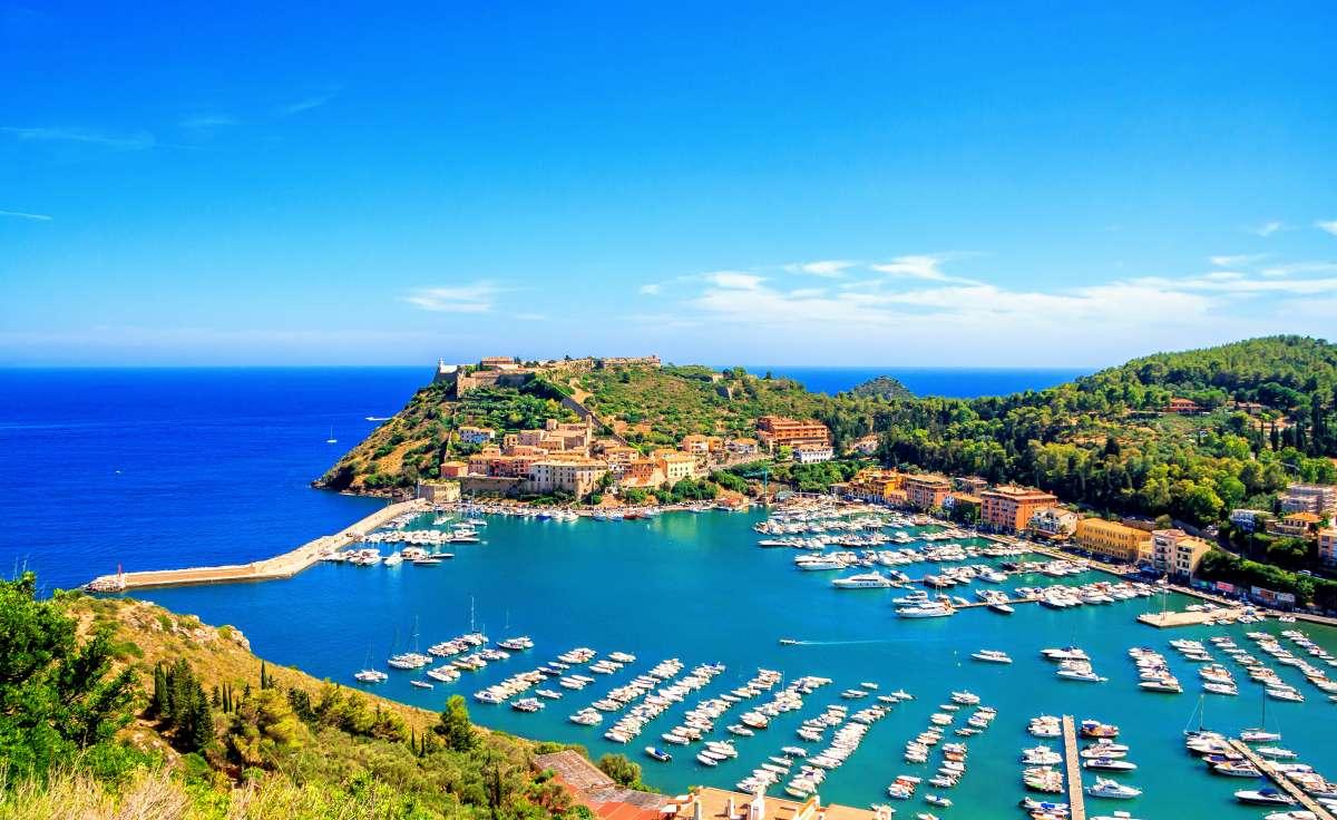 Luoghi di mare migliori del centro-nord Italia: vista dall'alto del litorale della zona dell'Argentario in Toscana