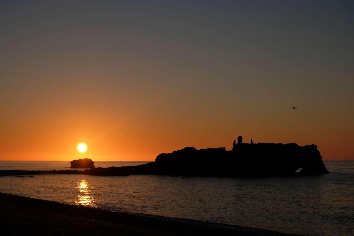 Le più belle spiagge del sud Italia: vista dalla Baia dei Riaci dello scoglio dei Riaci in Calabria durante il tramonto