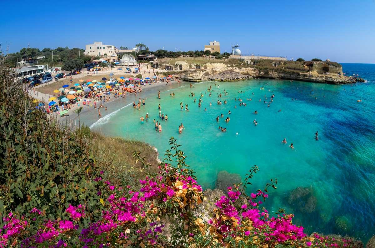 Le più belle spiagge del sud Italia: vista dall'alto di Baia dei Turchi, in Puglia, con persone che fanno il bagno in mare