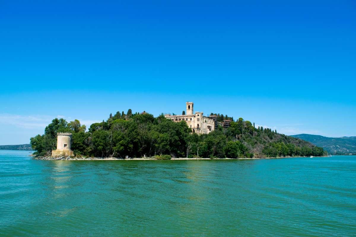 I migliori laghi italiani: foto panoramica dell'Isola Maggiore, la più grande delle tre isole che emergono dal Lago Trasimeno
