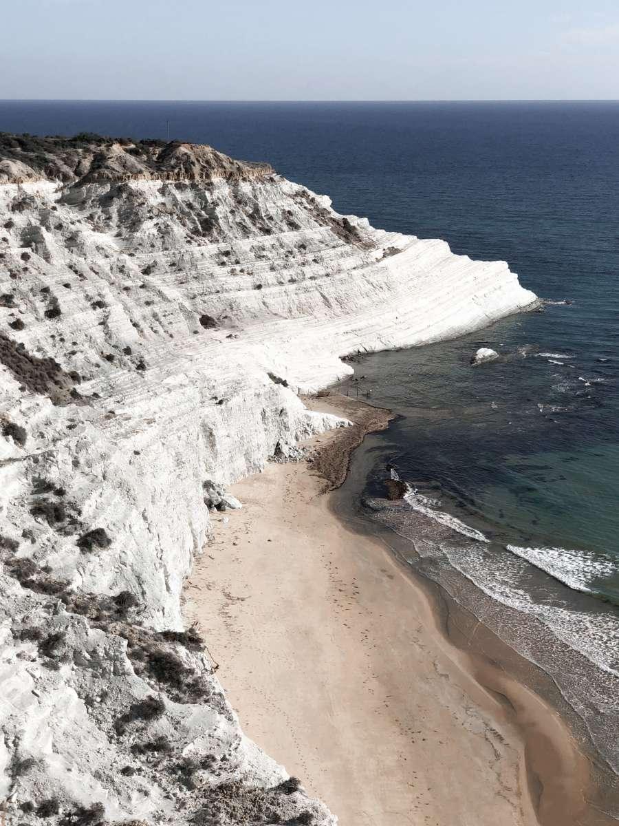 Vista dall'alto di Scala di Turchi, in provincia di Agrigento, una delle più belle spiagge di Sicilia e Sardegna