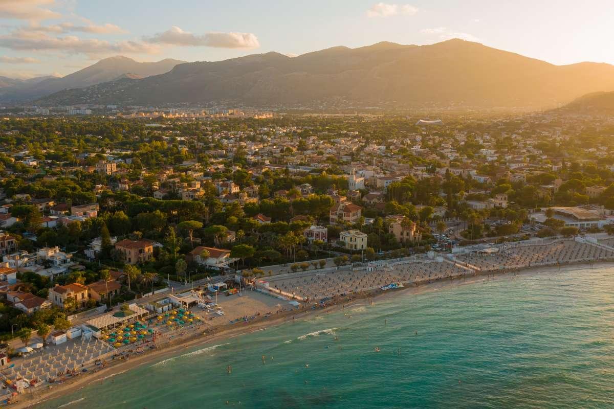 Le più belle spiagge di Sicilia e Sardegna: vista dall'alto di Mondello al tramonto, in provincia di Palermo