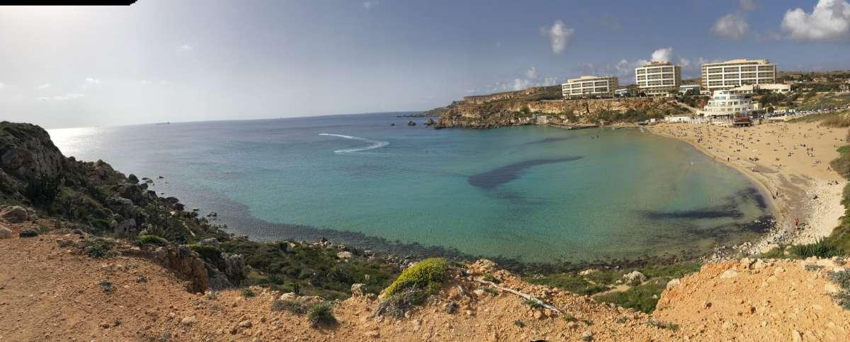 Le migliori spiagge di Malta Vista dall'alto di Golden Bay a Malta