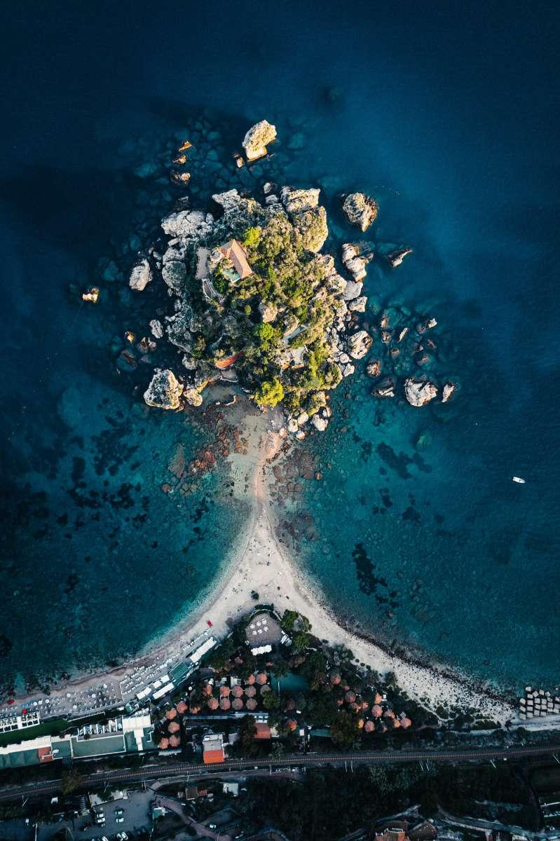 Vista dall'alto dell'Isola Bella, collegata da un lembo di terra alla città di Taormina in Sicilia. Anche questa una delle più belle spiagge di Sicilia e Sardegna