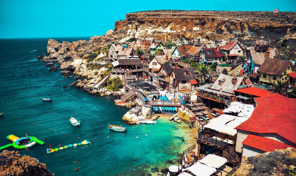 Come entrare a Malta vista dall'alto del popeye village nell'isola di Malta