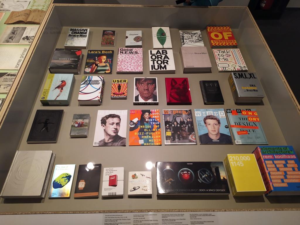 vetrina della mostra Pianeta città alla Fondazione Ragghianti di Lucca, riviste e libri sulla cibernetica