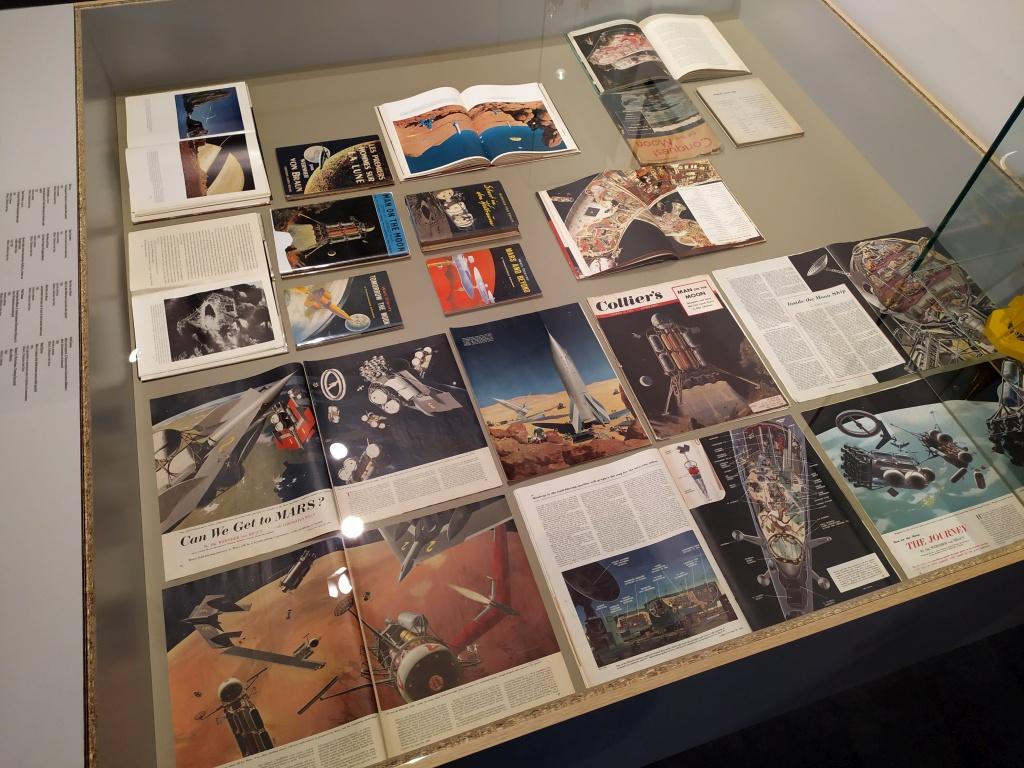 vetrina della mostra Pianeta città alla Fondazione Ragghianti di Lucca, riviste e libri sui viaggi spaziali