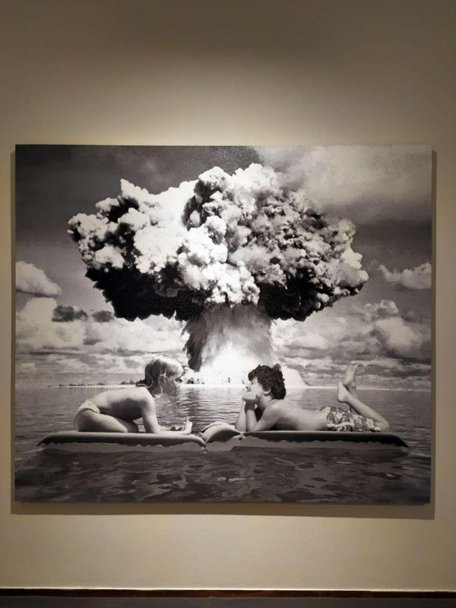 Pianeta città mostra Fondazione Ragghianti Lucca, foto con bambini e fungo atomico