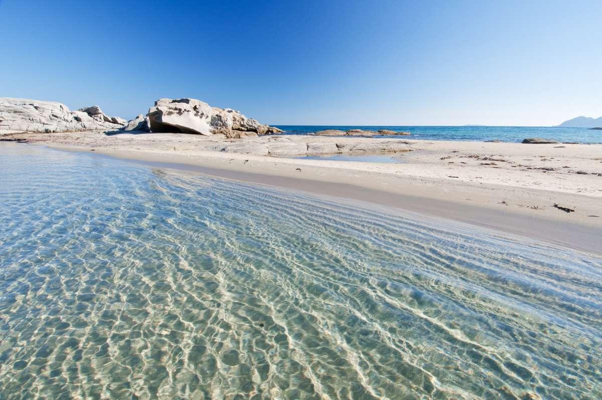 Le più belle spiagge di Sicilia e Sardegna: lo scoglio di Peppino incorniciato da sabbia bianca e mare cristallino