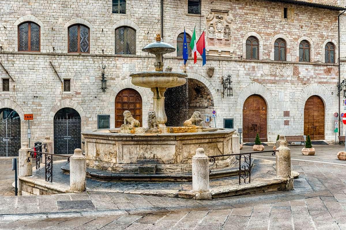 Assisi in un weekend: Fontana dei tre leoni in Piazza del Comune