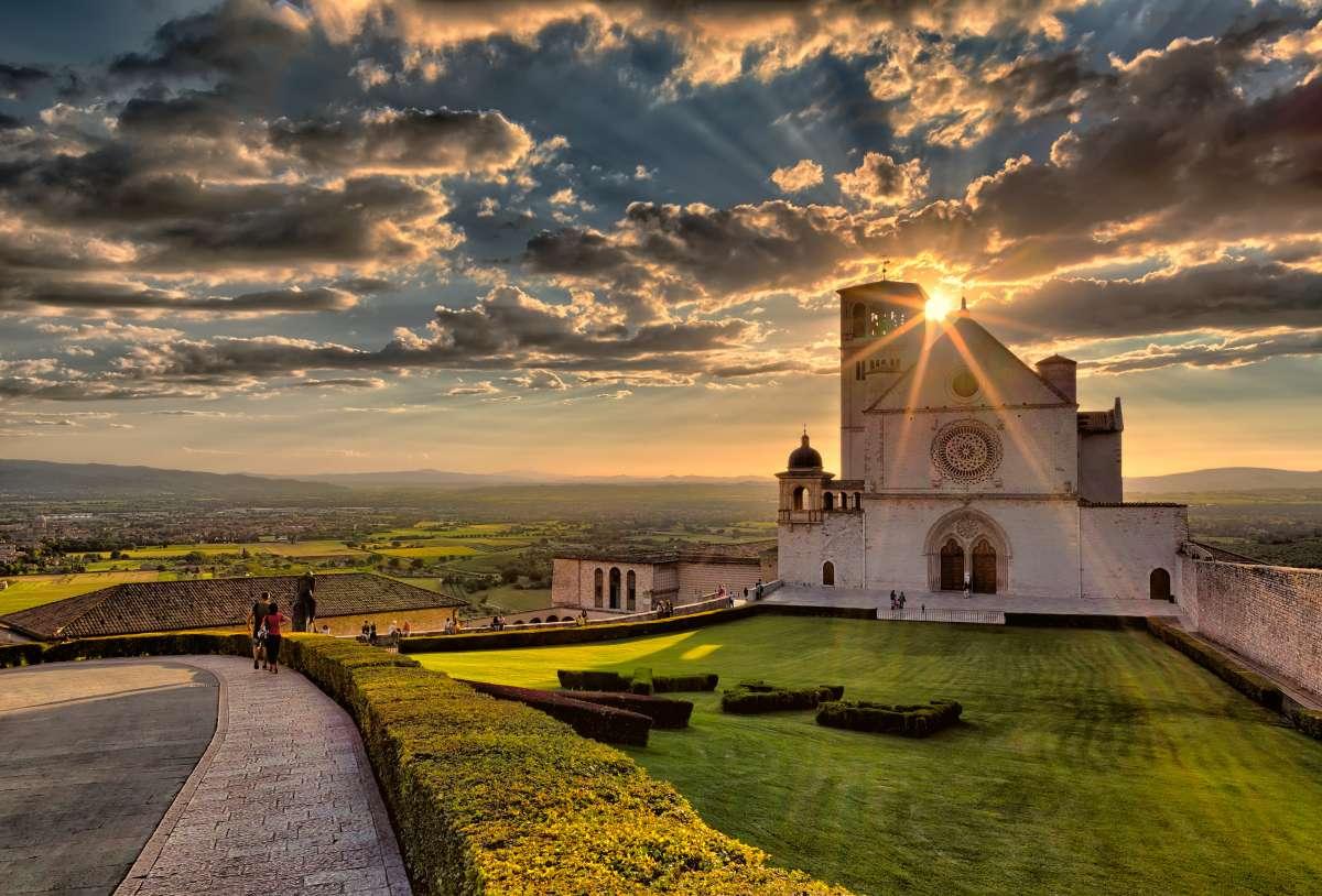 Assisi in un weekend: Tramonto dietro la Basilica superiore di San Francesco