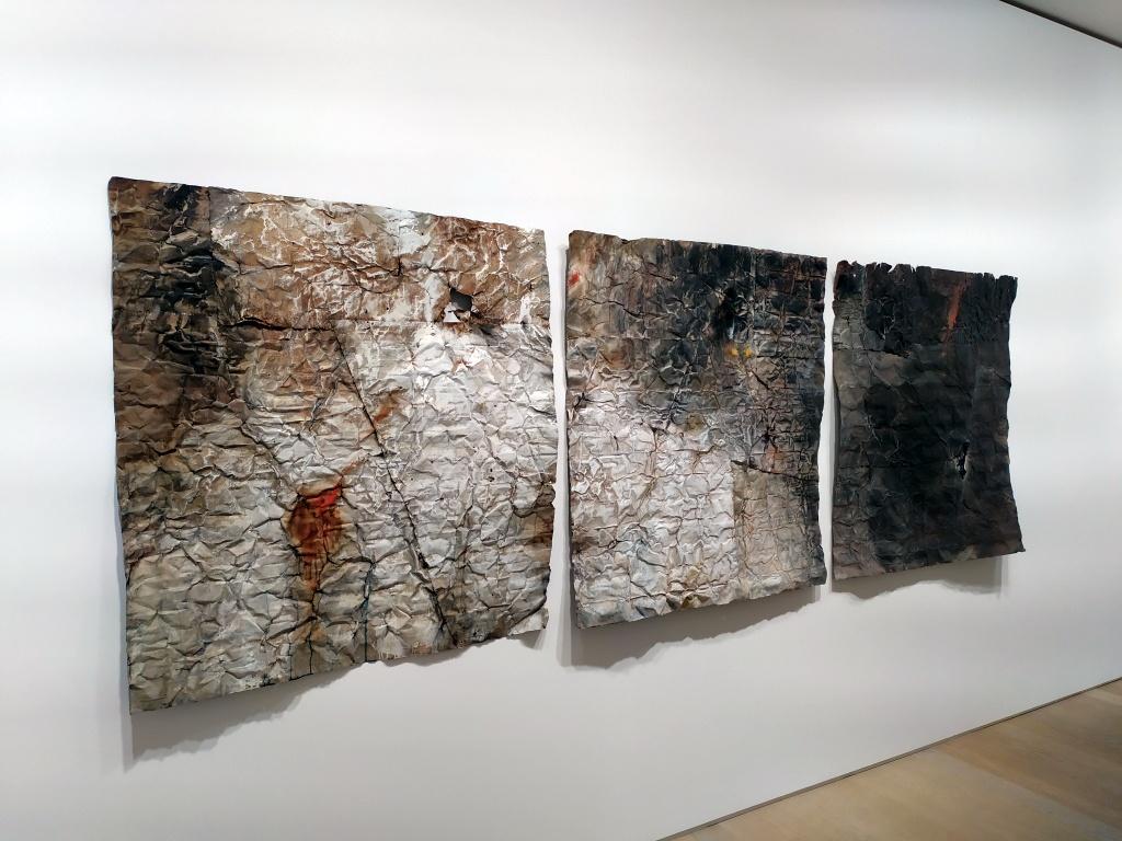 Francesca Leone mostra Gallerie d'Italia Milano, 3 lamiere verniciate appese