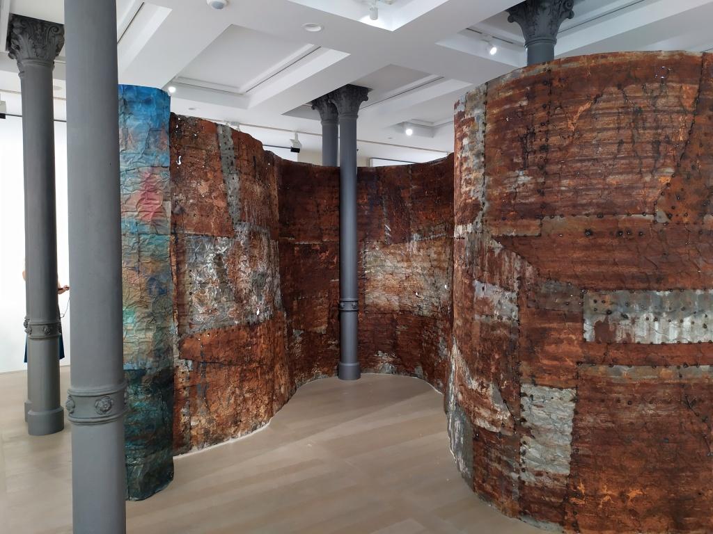 Francesca Leone mostra Gallerie d'Italia Milano, installazione lamiera verniciata