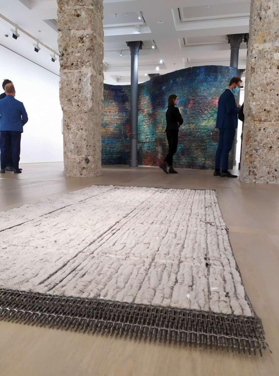 Francesca Leone mostra Gallerie d'Italia Milano, installazione cementi e ferro pavimento