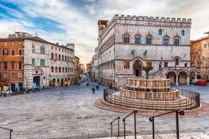 Umbria on the road: Piazza IV novembre a Perugia con la fontana maggiore al centro