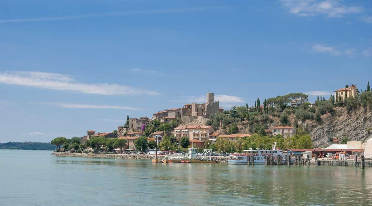 Umbria on the road: vista di Passignano sul Trasimeno che affaccia sulla sponde del Lago Trasimeno