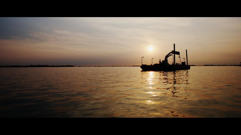 frame dal film Venezia Infinita Avanguardia con zattera sulla laguna veneta all'alba