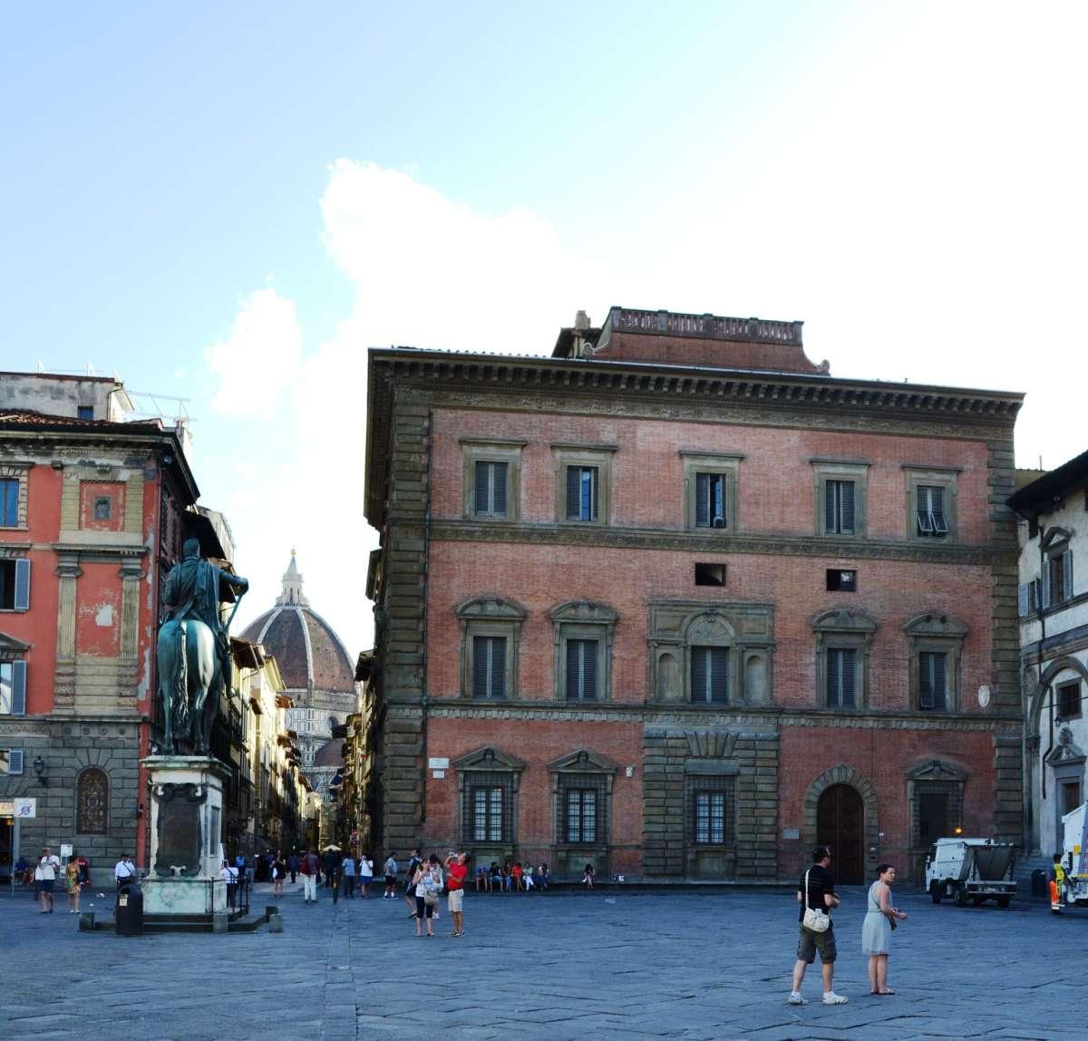 """Palazzo Budini-Gattai sulla destra con la """"finestra maledetta"""""""