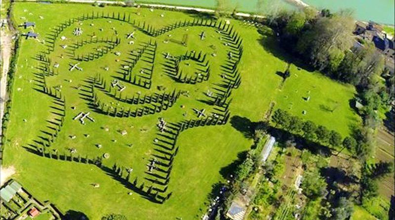 """Vista dall'alto del """" La Trinità"""", opera di Land Art formata dai cipressi piantani nel Parco d'Arte Enzo Pazzagli"""