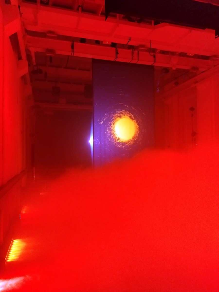 Installazione immersiva nebbia luci colorate arte digitale