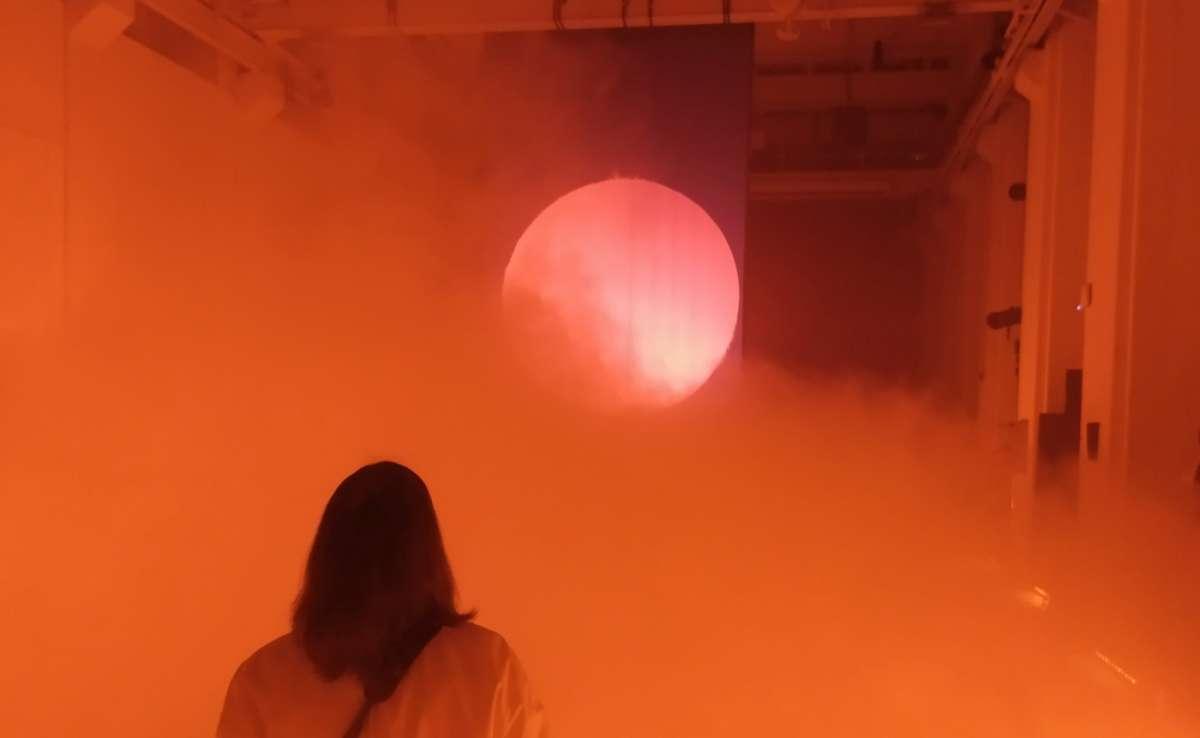 Falling Dreams di NONE Collective, installazione immersiva nebbia luci colorate arte digitale