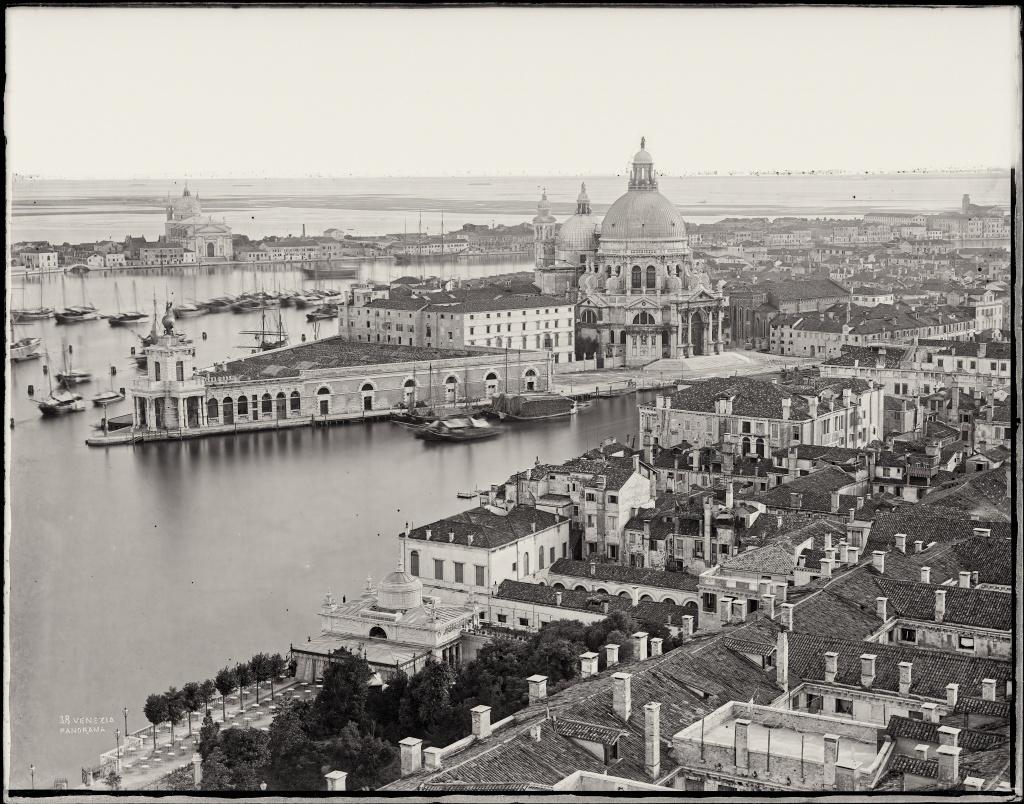 fotografia in bianco e nero di Venezia dall'alto di Carlo Naya