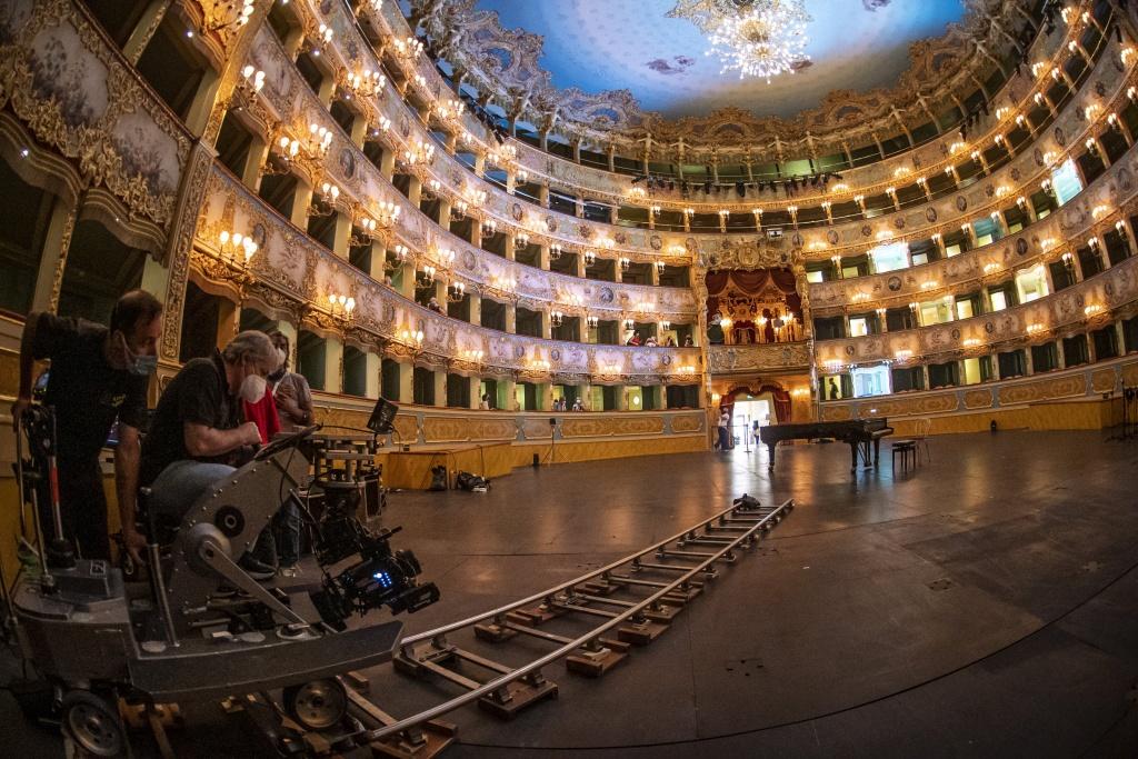 foto, interno del teatro Fenice a Venezia con pianoforte e macchina da presa