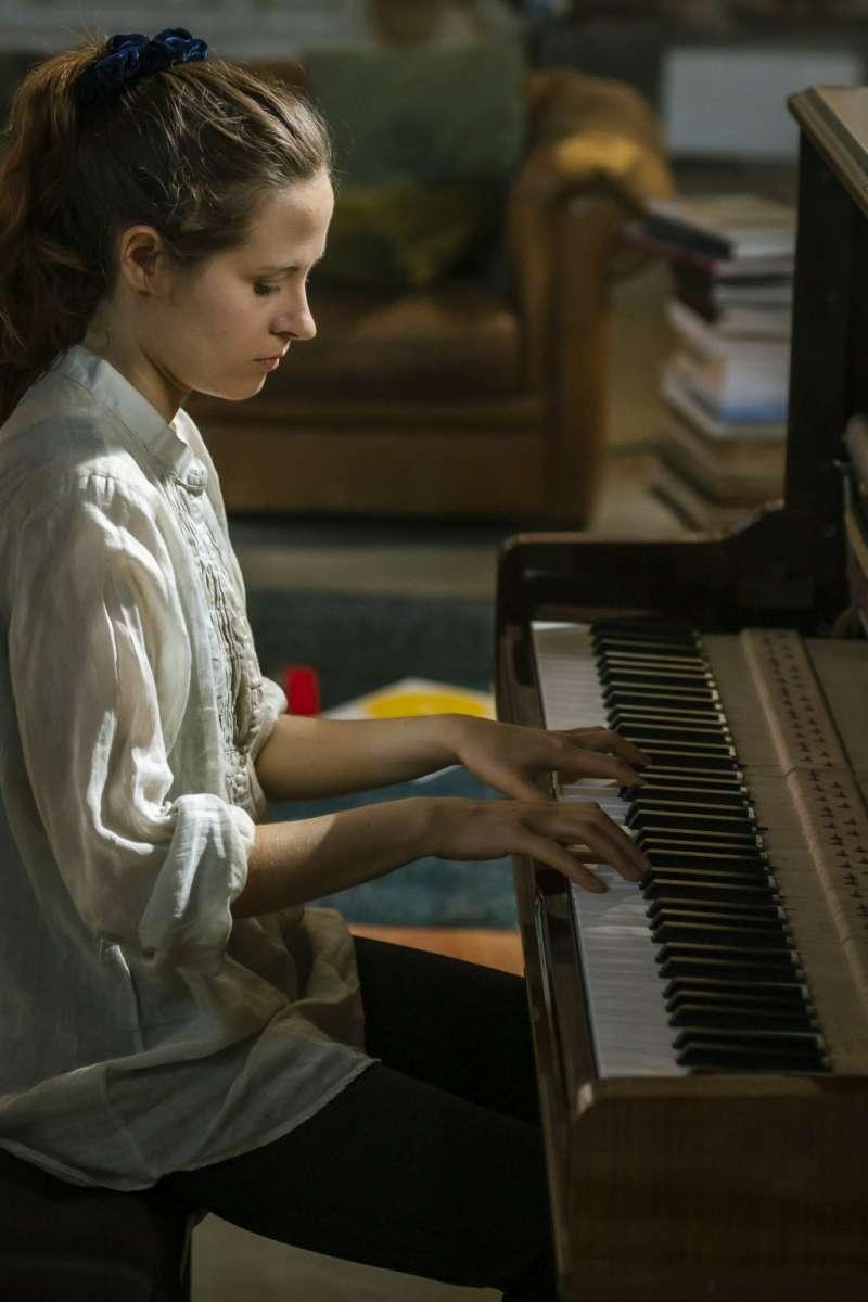 foto della pianista Hania Rani al pianoforte per il film Venezia Infinita Avanguardia